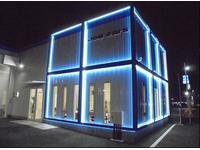 茄子作東の交差点からよく見える白と青のコントラストの店舗です