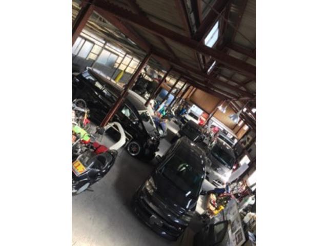 広い整備工場、整備器具も充実しております。どんなお車でもお任せください!