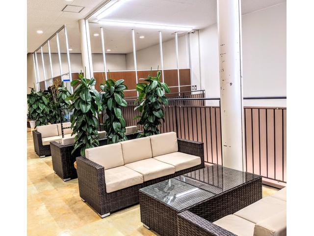 リゾートホテルのロービの空間をイメージしたラタン風ソファ