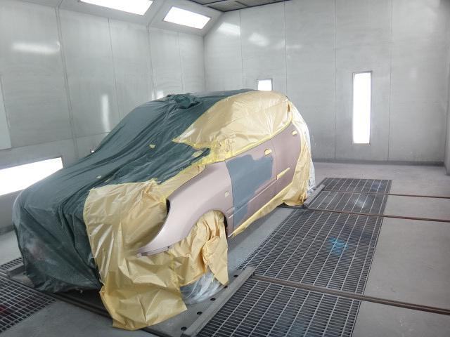 板金塗装のボディペイントは専用の集塵ブースで実施いたします。