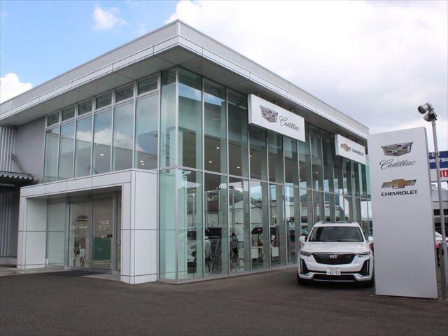 光岡自動車福岡ショールームでは、欧州車を中心に20台の中古車と、光岡車の新車・中古車販売を手がけます