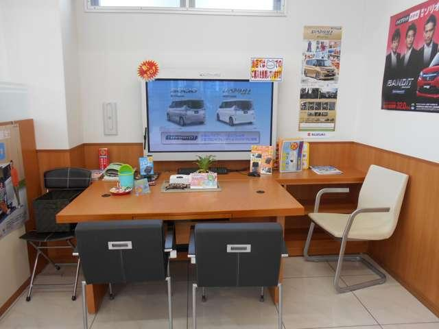 当店自慢の広々とした商談スペース。店舗にない新車は、大型モニターにて情報をご覧頂けます。