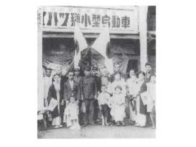 昭和12年、福岡市博多区石城町の藤壺モータース工場前で藤壺勝の出征式。8年間に及ぶ軍隊生活でした。