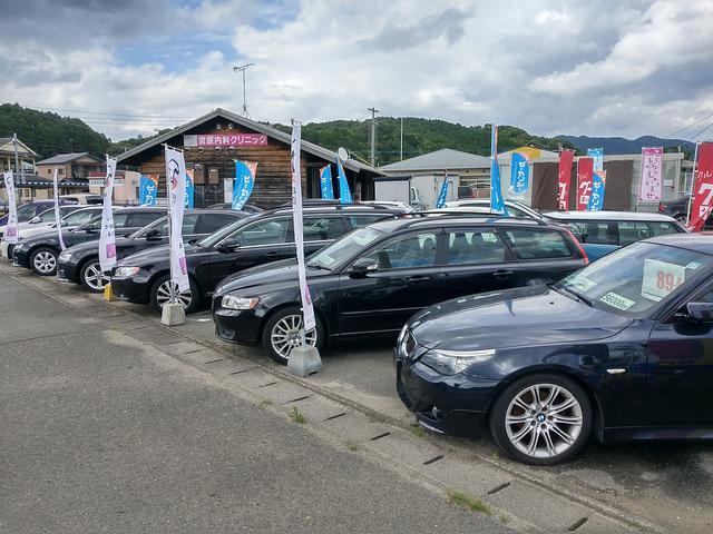店舗裏展示場です!軽自動車から普通車まで幅広くございます!常時70台前後の在庫車が揃っております!