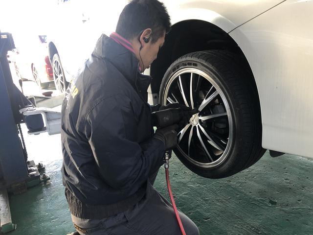 タイヤ点検中!!!!空気圧の点検だけでなく、異常摩耗がないか?亀裂が入ってなか?残りの残量点検
