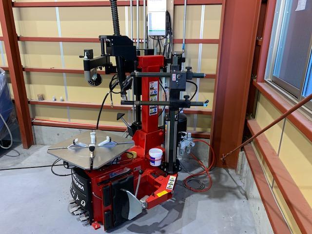 最新型のタイヤチェンジャーを完備。低扁平からランフラットまで幅広く対応します。