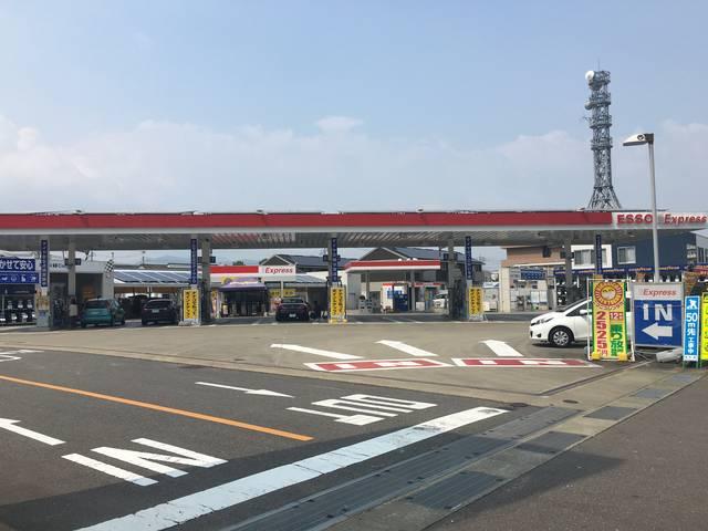 ガソリンスタンド業務も全力で行っております!平日でも夕方は混み合います。