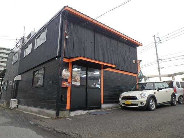 産業道路沿い、黒を基調とした建物が目印です。ハンズマン前の店舗です。