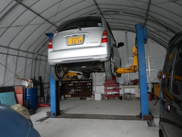 当店作業場にはリフトも完備しておりますので、お客様の愛車をしっかり隅々まで点検させて頂きます。