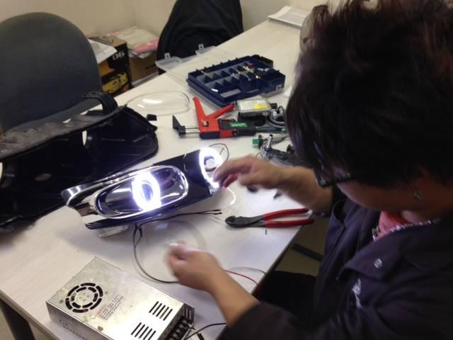 ヘッドライト加工の様子です。イカリング加工やHID、LEDライトの取付などどんな事でもご相談ください
