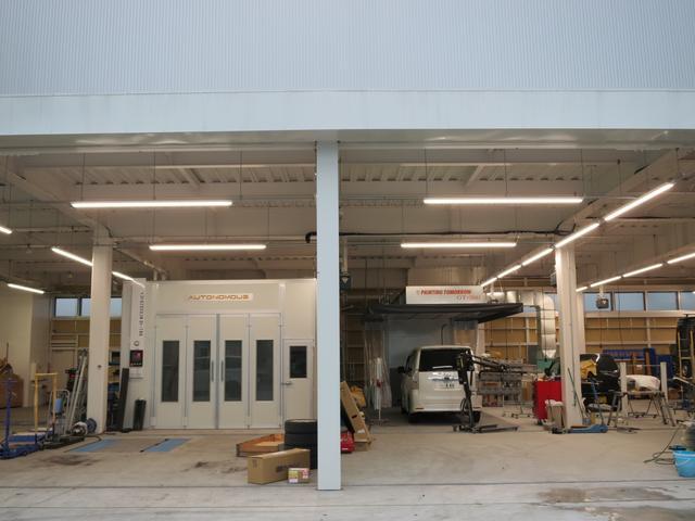 板金塗装部門の工場です。塗装専用ブース、フレーム修正機などを完備しています