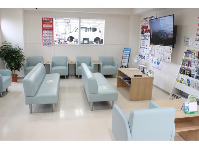 待合室では、雑誌やテレビ、スマホの充電なども可能です。