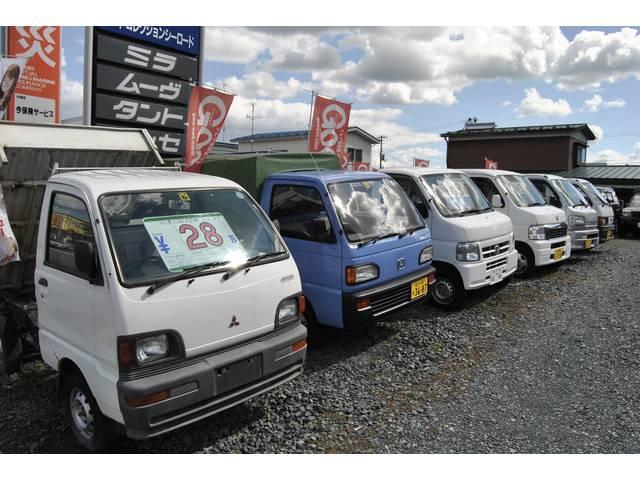 第二展示場には、軽トラックや商用バンを、常時十数台在庫しております。