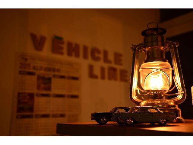 店舗入口です。シーズンによって雰囲気を変えています。写真はランタンの灯りでお出迎えの1枚。