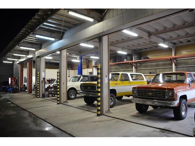 敷地奥の整備工場。大型SUVも楽に入ります。