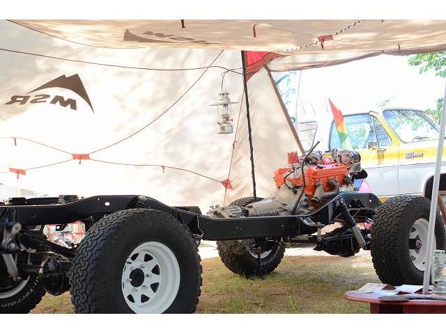 屋外のキャンプイベント展示したレストア車の1枚。