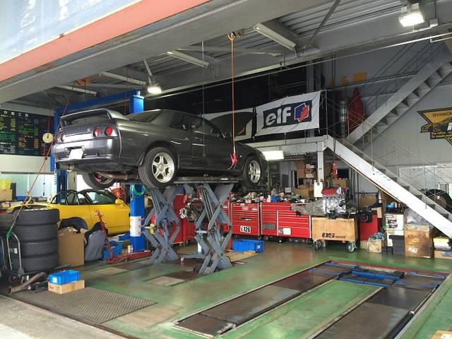 PIT内のリフトは3機。アライメントテスト、パワーチェック、各部品取り付け、車検もこちらで行います。