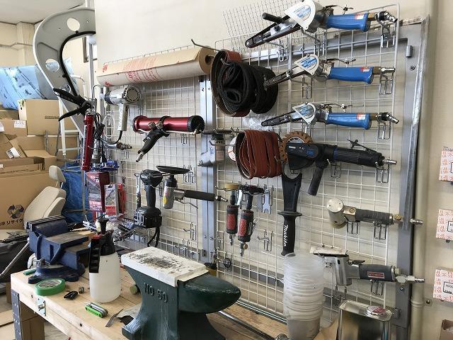 整理整頓。工具類はいつも指定の場所に。お客様の大切なお車を扱う上で大切なことです。