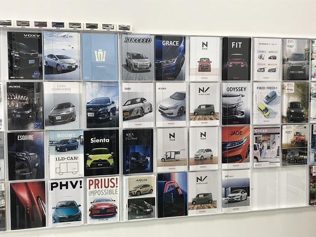 新車はもちろん、確実に整備された中古車も取り揃えております。店内には沢山のカタログもご用意。