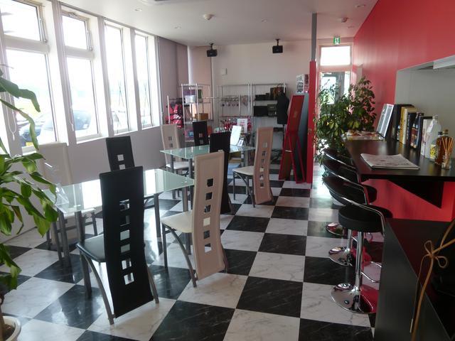 綺麗で広々した商談スペース!各種ドリンクもご用意してます♪時にはカウンターでの商談もどうぞ。