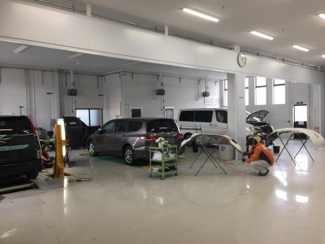 明るく、清潔な環境で大切なお車を美しく復元修理いたします。