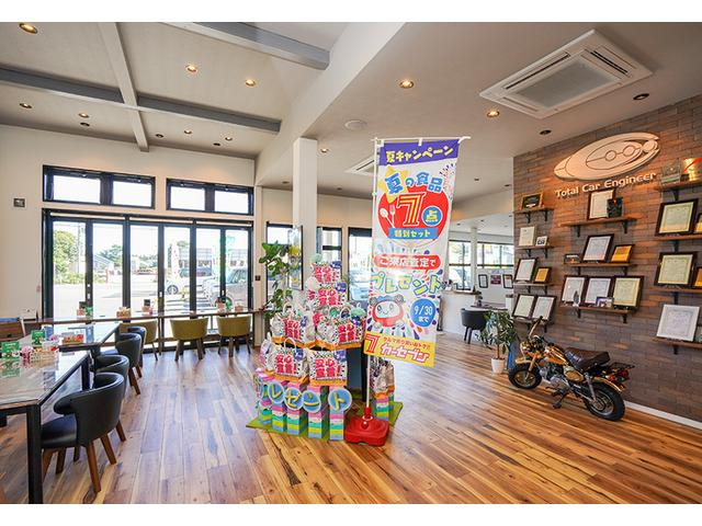 明るい店内はカフェ風♪フリードリンク完備♪ごゆっくりおくつろぎください!