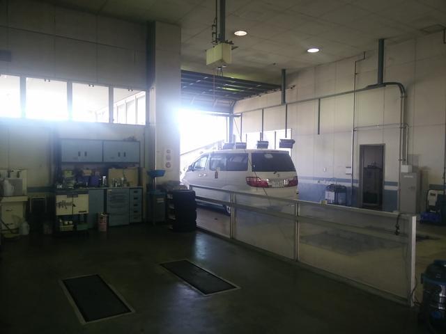 サービス工場です。お客様の愛車はコチラでしっかりとメンテナンスいたします。