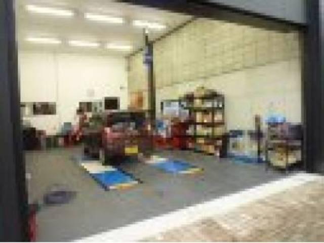 当店は、運輸局が制定する一定の人員・設備などの基準を満たした、認証工場を完備しております。
