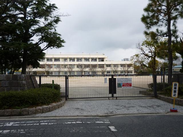 神崎小学校のすぐ目の前が当店です!この南門を左折したところです。