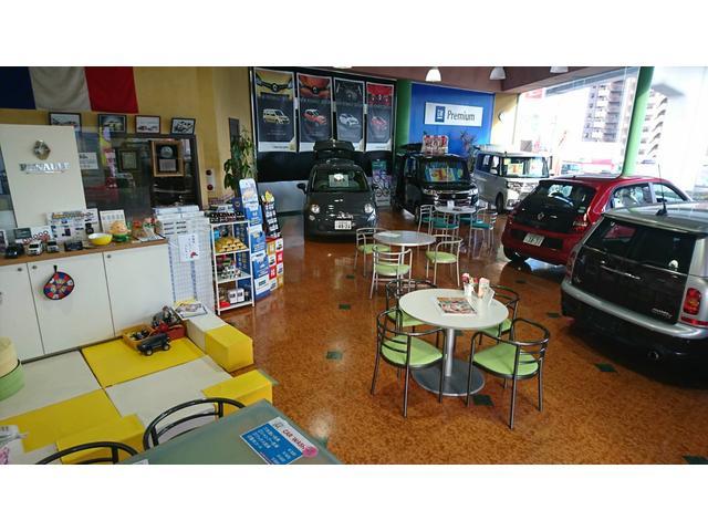店内ショールーム、ルノー車の魅力と本物のアメ車の迫力を感じて頂けます。