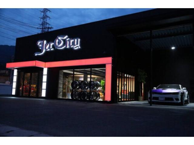 アメリカンテイストな店内。雰囲気ある空間で最高の車選びや車談義に花を咲かせましょう!