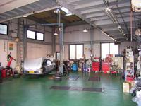 隣接の工場です。修理〜車検 点検までお客様の大切なお車を安全に整備いたします。