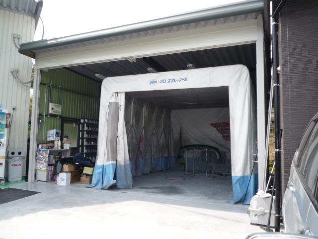 専用塗装ブースです。熟練の職人が丹精こめて作業に当たります。板金・塗装も自社工場でできます!