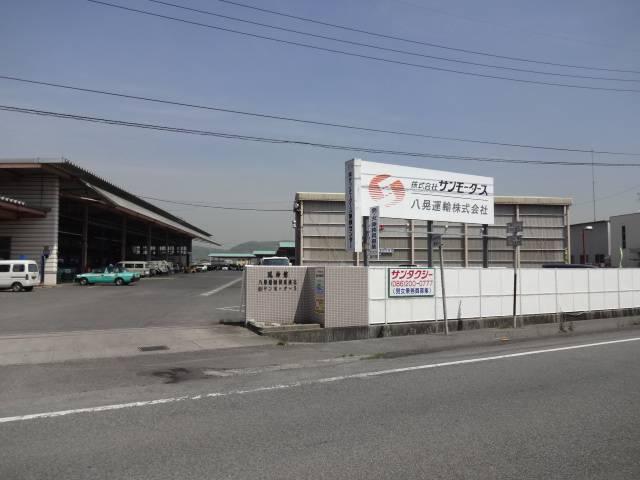 工場入り口です。お客様駐車場がありますのでご利用下さい