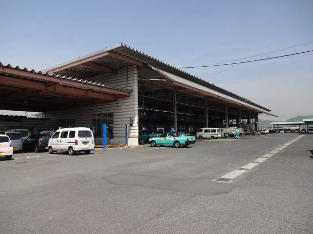 大型の工場です。普通車から大型車まで車検、修理、鈑金を自社で行います