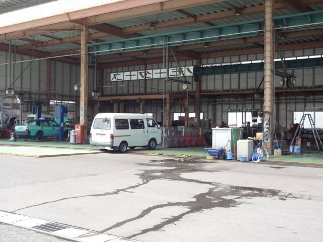 工場内作業風景。熟練のメカニックがメンテナンスを実施ます