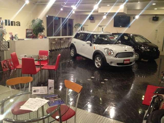 ショールームは常連のお客様がくつろげる空間、初めてのお客様が安心できる空間作りを目指しています