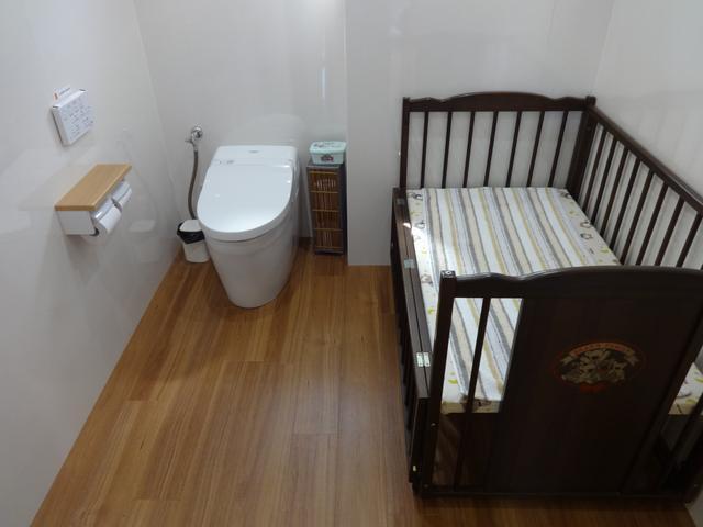 トイレは広々とくつろげる空間にしています。お子様や車椅子の方も安心してお使いいただけます。