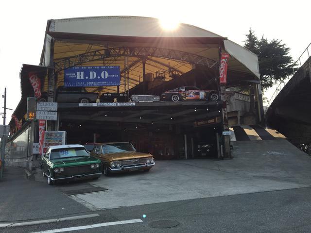 当店正面には、お車の展示場、広いピットスペースを完備しており、お客様のご来店をお待ちしております