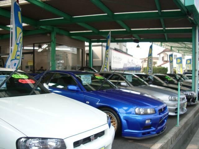 展示場はすべて屋根つきです 雨の日も濡れません 展示車両の保管状態もすこぶる良好です