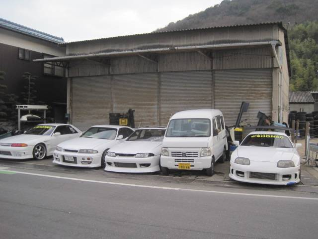 こちらは整備工場になります!スポーツカーを多数展示しております☆ぜひ見に来て下さい☆