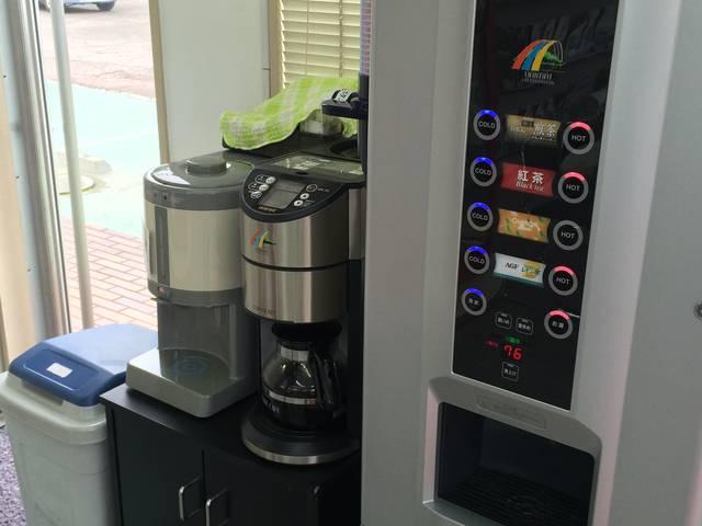 当社はフリードリンク♪ゆっくりコーヒーでもお飲みになってお寛ぎ下さい(^^)