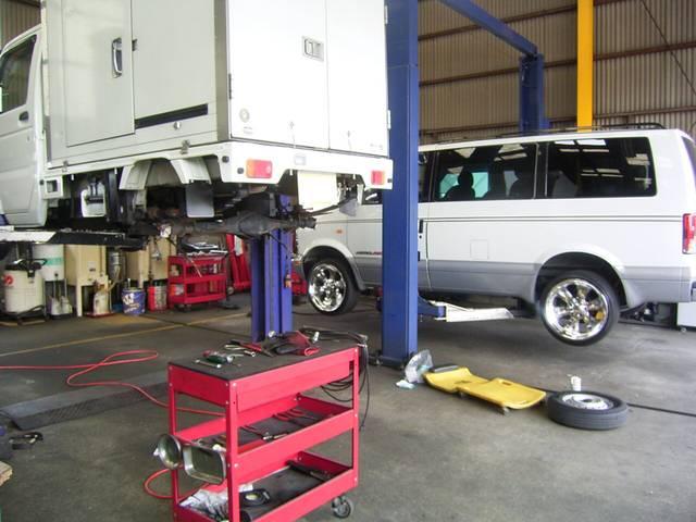 リフト2基完備しております。国産軽自動車から輸入車まで幅広く対応致します。