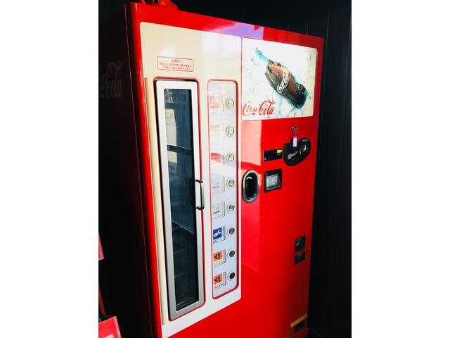 懐かしのコカ・コーラの自動販売機。冷たいビンのお飲み物を提供しております