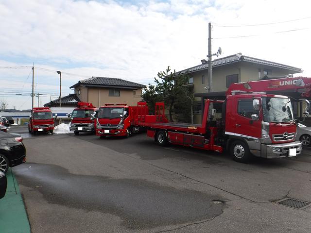 ロードサービスにはレッカー車、クレーン車、積載車完備で迅速に対応します