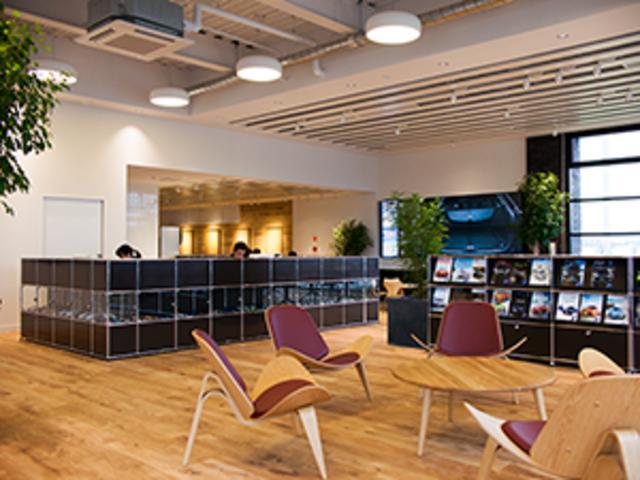 ショールームには半世紀以上も変わらないデザインを続ける北欧の椅子やソファなどの名作を。