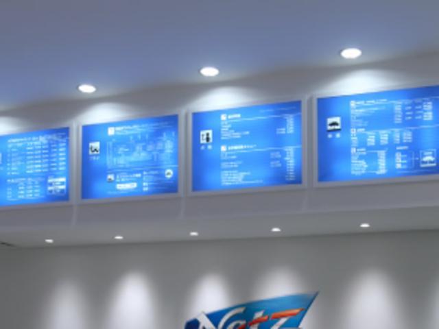 白い店内に浮かび上がる、ネッツブルーの電子サインがとても美しいインフォーメションカウンター。