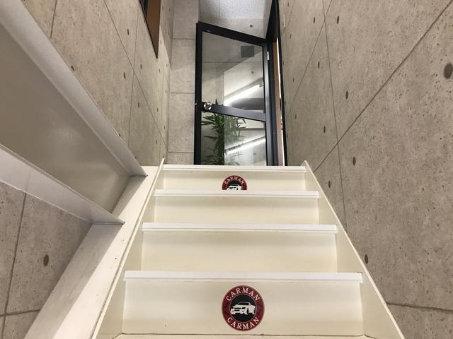 ちょっと階段を上がって頂くと事務所となっております