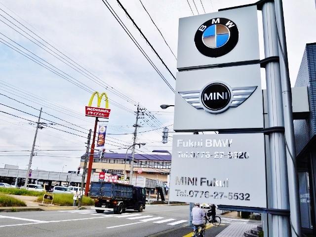 芦原街道沿い「マクドナルド 福井新田塚店」正面にショールームがございます。