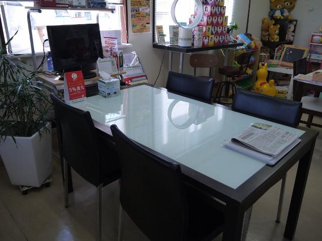 商談用テーブルもございます。
